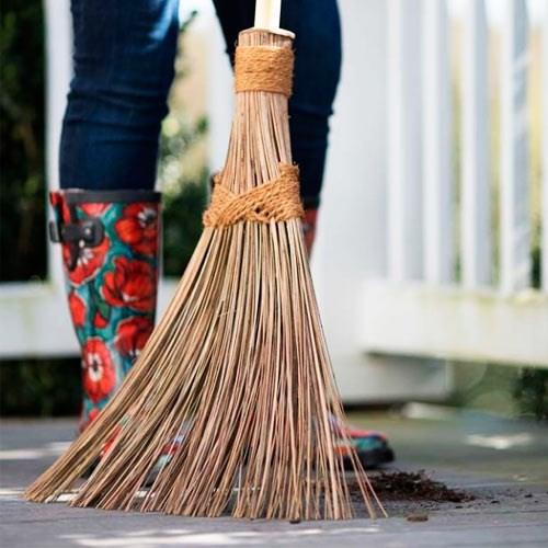 Метлы, веники и товары для уборки