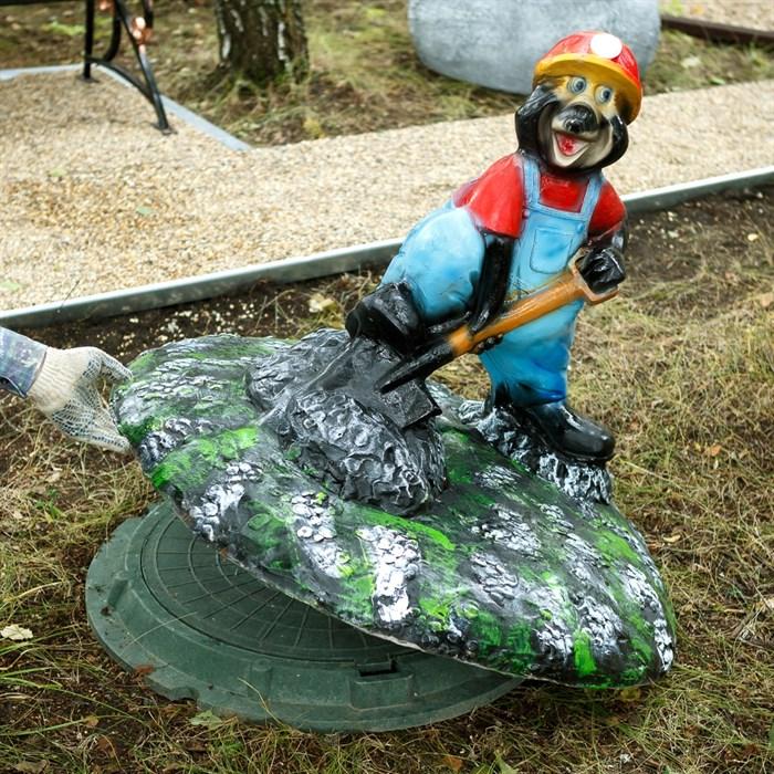 Крышка люка Крот с лопатой F07801 - фото 63091
