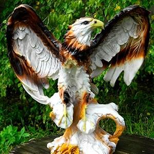 Фигура Орел на пне